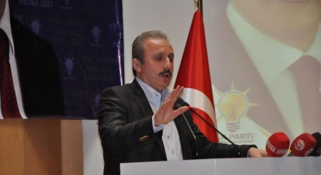 """Şentop, """"Birkaç bin kişilik göçmen, sığınmacı girişinden etkilenen, bunlara karşı çıkan, sınır kapılarını kapatan ve kötü muamele yapan ülkelerin, devletlerin, Türkiye'nin bu misafirperver tutumundan ders alması gerekiyor"""" dedi."""