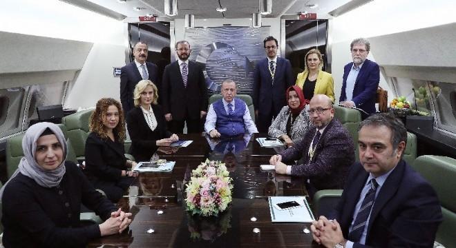 """Cumhurbaşkanı Recep Tayyip Erdoğan, CHP'li bir isimle Külliye'de görüştüğü iddialarıyla ilgili olarak, """"CHP siyaset değil, yalan üretiyor. Şu anda kendi kumpasları çok açık ve net ortada.' dedi"""