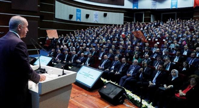 AK Parti'nin kuruluşundan buya görev yapan il başkanları ile AK Parti Genel Merkezi'nde bir araya gelen Cumhurbaşkanı Erdoğan, önemli açıklamalarda bulunurken, AK Parti'nin kuruluşundan bu yana görev alan eski il başkanlarından davalarına sahip çıkmaya devam etmelerini istedi.