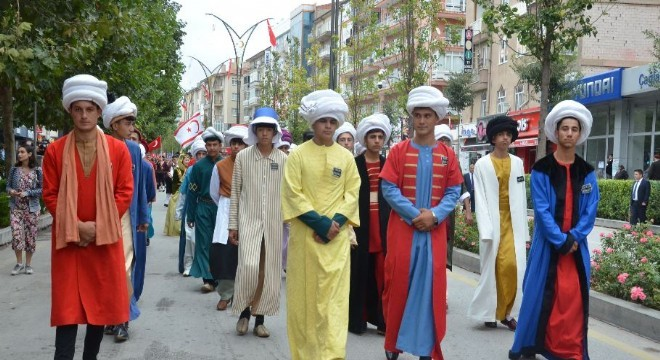 """Kırşehir'de Ahilik Haftası etkinlikleri, binlerce kişinin katıldığı kortej yürüyüşü ve Ahi Evran'ın kabrinde okunan dua ile başladı. TESK Başkanı Bendevi Palandöken, """"TESK şiddete Ahiliğin hoşgörü modeli ile çözüm sunacak"""" dedi."""