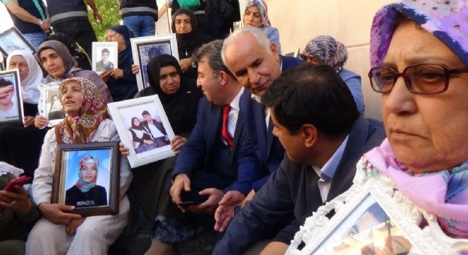 Hakkari'den gelen aşiret liderleri ve kanaat önderleri, HDP Diyarbakır İl Başkanlığı önünde oturma eylemi gerçekleştiren ailelere destek ziyaretinde bulundu.