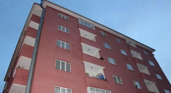 Kayakyolunda 2 yaşındaki bir çocuk dördüncü kattaki evlerinin balkonundan düşerek ağır yaralandı.