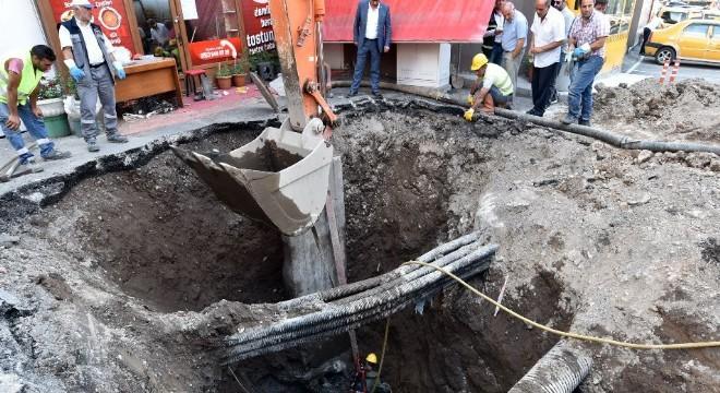 Büyükşehir Belediyesi Su ve Kanalizasyon İdaresi (ESKİ) Genel Müdürlüğü, kent merkezi ve ilçelerde içme suyu, kanalizasyon ve altyapı hattı yenileme çalışmalarına ara vermeden devam ediyor.