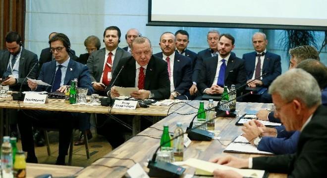 """Cumhurbaşkanı Recep Tayyip Erdoğan, Güneydoğu Avrupa İşbirliği Süreci Zirvesi'nde yaptığı konuşmada, """"Küreselleşen dünyada rekabet gücümüzü artırmak için de Balkan ülkeleri olarak ekonomik iş birliğimizi geliştirmek zorundayız"""" dedi."""
