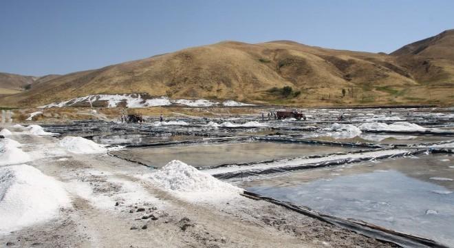 Muş'un Malazgirt ilçesine bağlı Aktuzla köyündeki tesiste yılda üretilen yaklaşık 12 bin ton tuzla bölgenin ihtiyacı karşılanıyor.