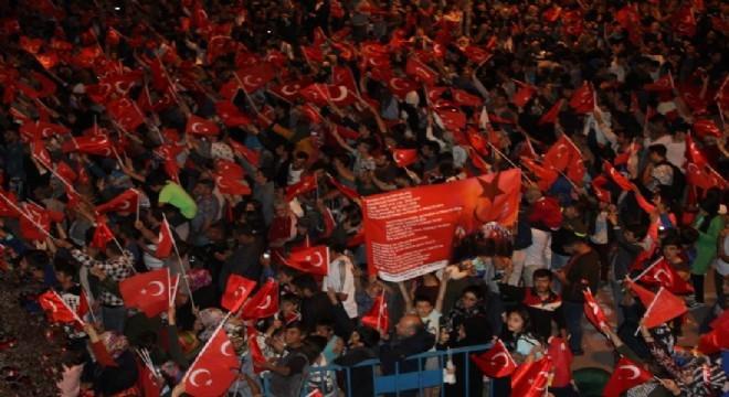 Erzurum'da 15 Temmuz Demokrasi ve Milli Birlik Günü dolayısıyla binlerce vatandaş ellerinde Türk bayraklarıyla demokrasi nöbetini tuttu