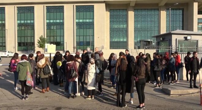 Kırıkkale'de 10 yaşındaki kızının yanında eski eşi Emine Bulut'u bıçaklayarak öldüren Fedai Varan'ın (43) duruşması Kırıkkale 1. Ağır Ceza Mahkemesinde başladı.
