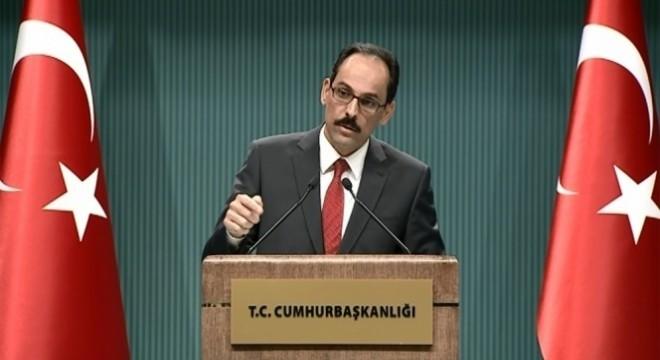 """Kalın, """"Türkiye'de başka bir yerde çok daha küçük ölçekli hadiseler meydana geldiğinde bunu büyüten, adeta çarpıtarak haber yapan uluslararası basın kuruluşlarının sessizlik içinde, belki kasıtlı bir ihmal içinde olması son derece dikkat çekici"""" ifadelerini kullandı."""