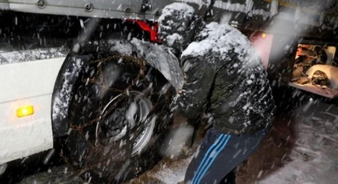 Doğu Anadoluda etkili olan kar yağışı ve tipi nedeniyle Kop Dağı Geçidi'nde ulaşımda aksamalar yaşandı.