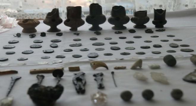 Bitlis Kalesi'nde yürütülen kazı çalışmalarında Yavuz Sultan Selim ve Kanuni Sultan Süleyman dönemlerine ait paralar bulundu.