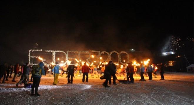 Türkiye'nin önemli kış turizm merkezlerinden Palandöken'de kış sezonu açılışı, meşaleler ve havai fişekler eşliğinde yapıldı.