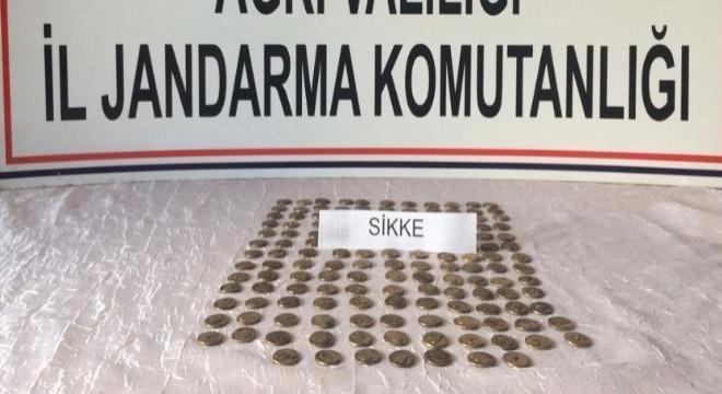 Ağrı'nın Doğubayazıt ilçesinde jandarma ekiplerinin yaptığı çalışmalar sonucunda, Roma dönemine ait olduğu tespit edilen 150 adet bronz sikke ele geçirildi, şüpheli 3 kişi gözaltına alındı.