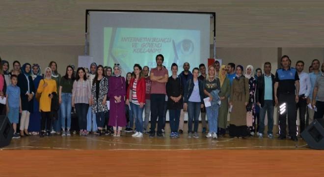 """Erzurum Emniyet Müdürlüğü, Toplum Destekli Polislik Şube Müdürlüğü tarafından ilkokul, ortaokul ve lise öğrencilerine """"İnternetin Bilinçli ve Güvenli Kullanımı"""" hakkında konferans verildi."""
