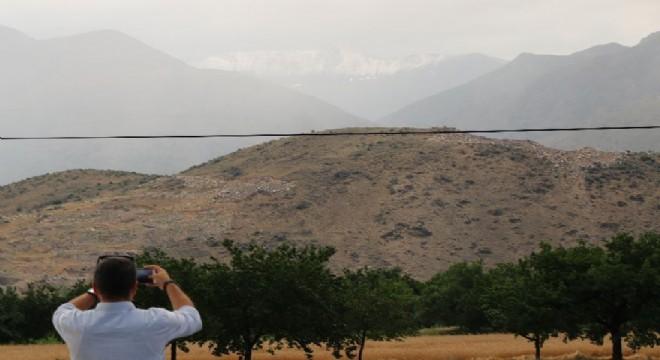 Türkiye'nin ve dünyanın birçok bölgesi sıcakla kavrulurken Erzincan'da 3 bin 549 metre yükseklikteki Keşiş Dağlarının zirve noktasına Temmuz ayında kar yağdı.